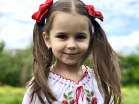 Маленька україночка у вишиванці