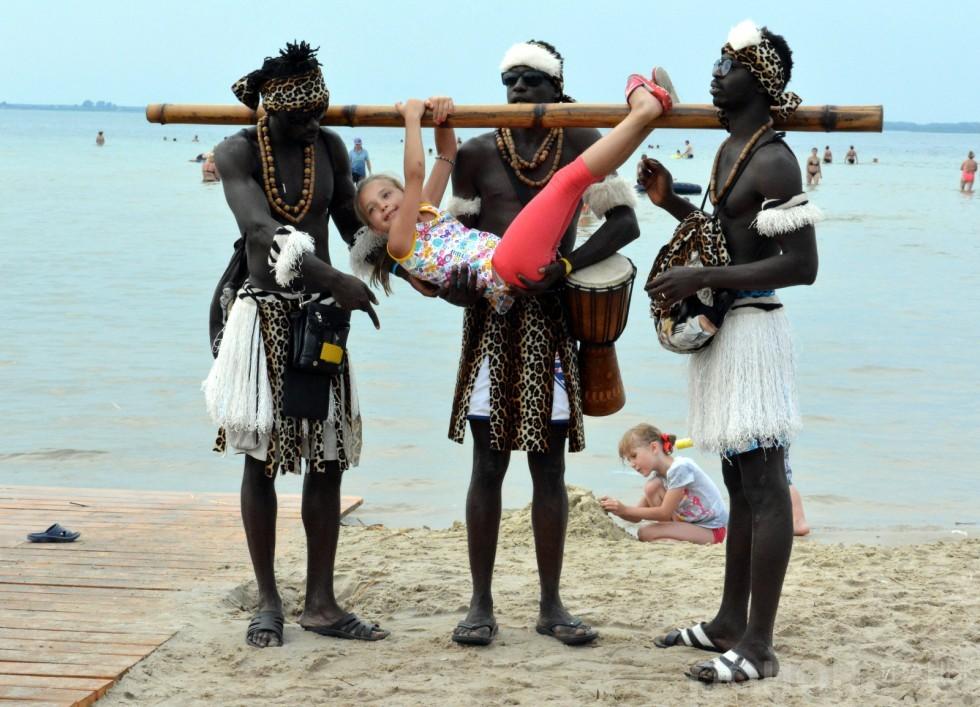 Відпочивальників розважають африканці. Хлопці давно зрозуміли, що чорношкірі люди для місцевих екзотика, тому охоче фотографуються за гроші