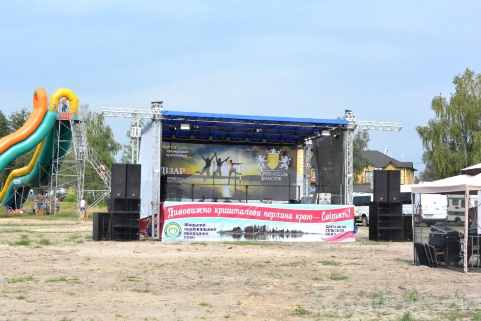 Вже вдень на сільському пляжі зібрали та оздобили концертну сцену