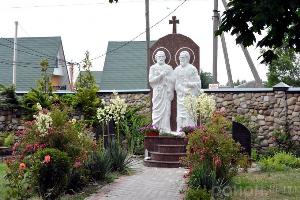 На подвір'ї монастиря Святі Петро та Павло