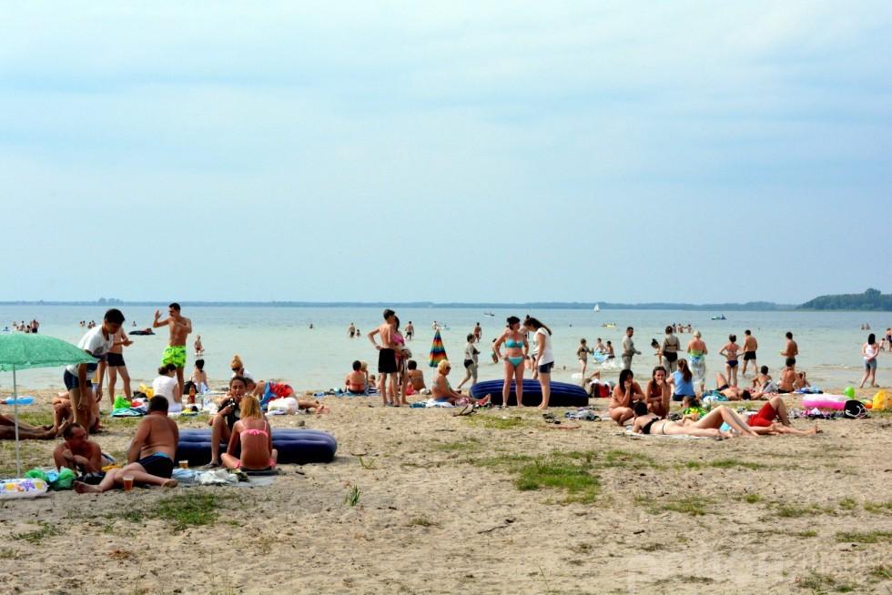 Тим часом, гості села відпочивали під жарким сонцем та охолоджувалися у криштально-чистій воді озера