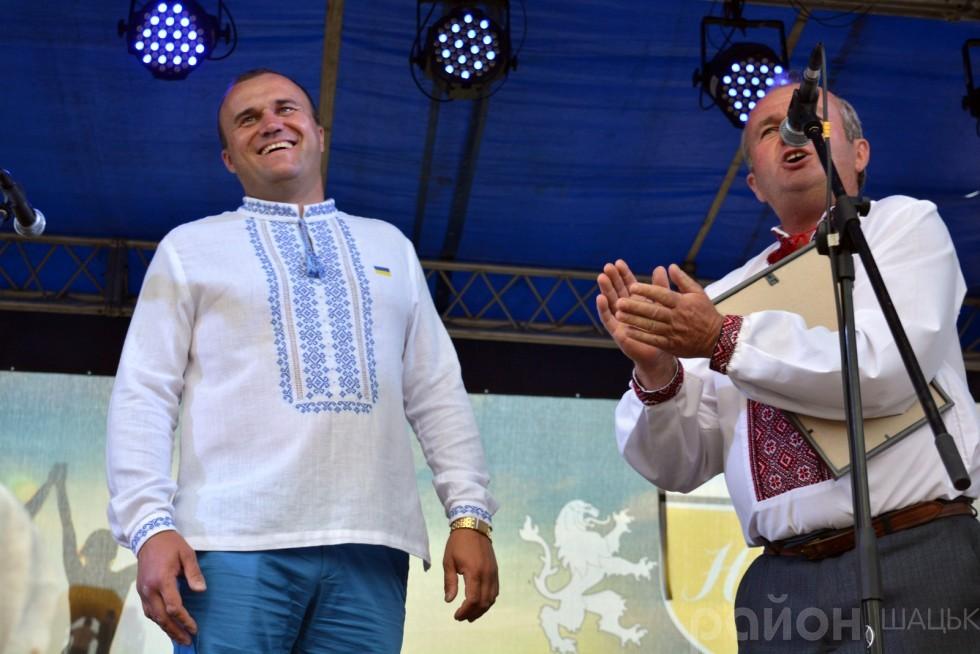 Він нагородив почесною грамотою та подарунком мецената свята депутата Луцької міської ради Петра Нестерука