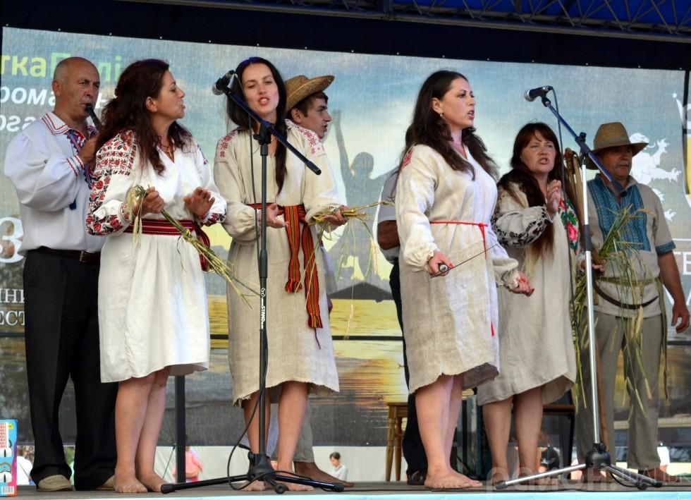 Самобутню пісню про обжинки виконав місцевий аматорський колектив села
