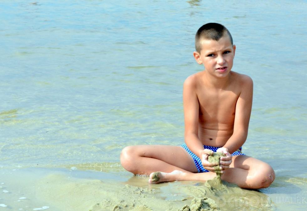 Найкраще на озері дітям, де пісок та вода дають волю дитячій уяві