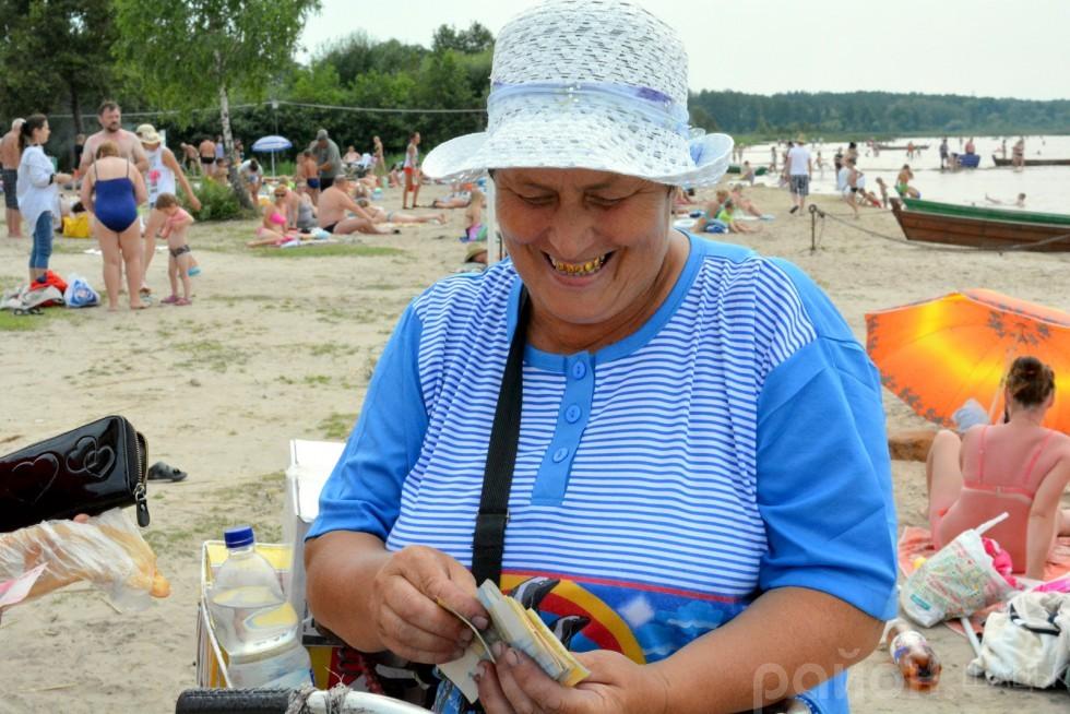 Мешканка Шацька Любов щодня приїздить торгувати смачними чебуреками та пиріжками на пляж, проте про історію Світязя мало що знає