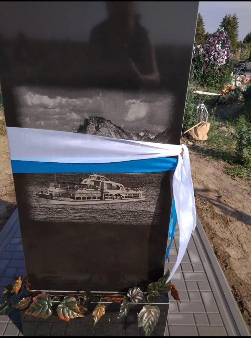 На могилі першого капітана зображено теплохід