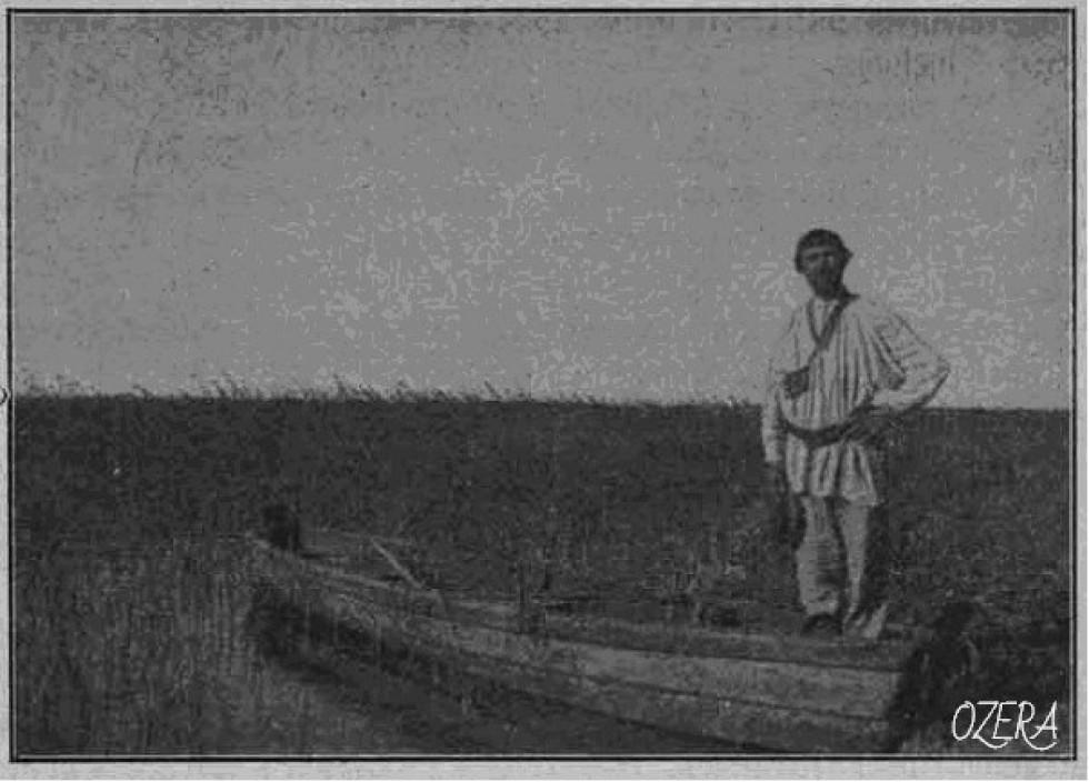 Місцевий рибалка у човні.  Фотограф Болеслав Данейко, 1911 рік.