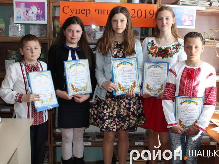 В центрі - найкращий читач району Дарина Лончук