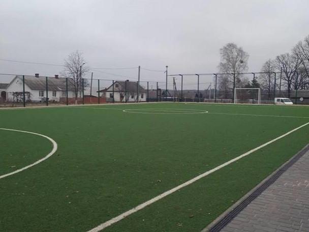 Таке футбольне поле, як у селі Прилісне Маневицького району, скоро з'явиться в Шацьку