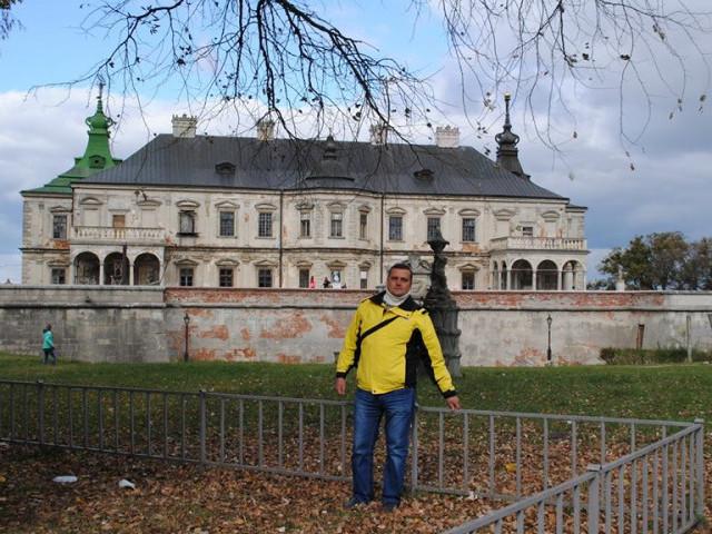 Петро Зуб біля замку з привидами