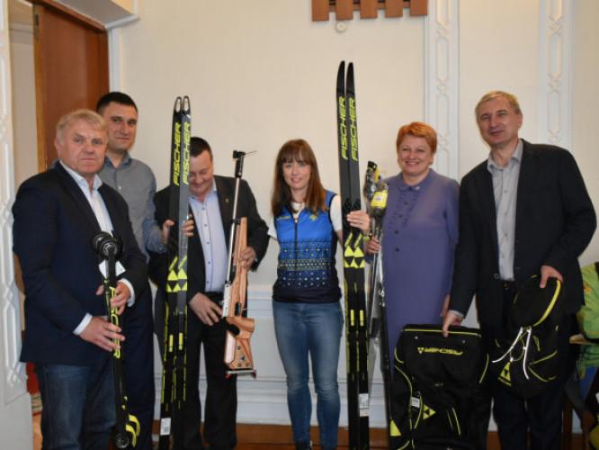 Майстру спорту України міжнародного класу з біатлону та лижних гонок Юлії Батенковій-Бауман вручили спорядження