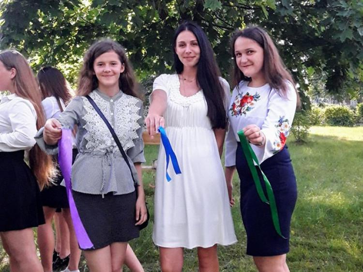 Дітина «Дереві настрою випускників» прив'язали стрічки