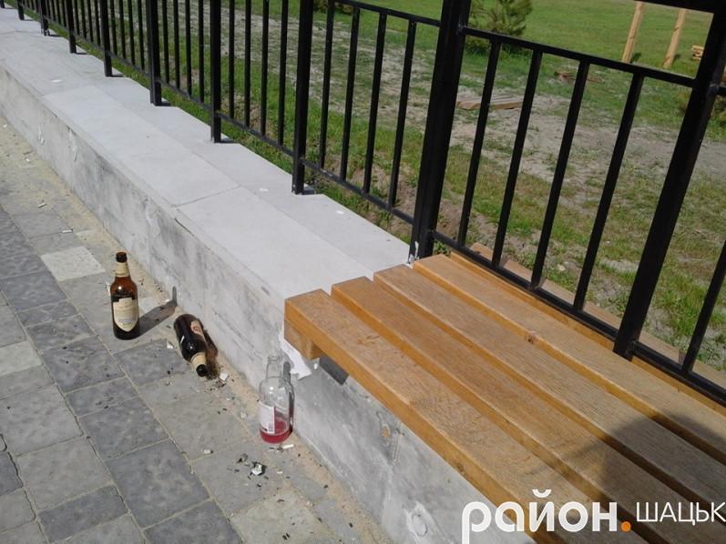 Доріжки закидані пляшками, пластиком і папером