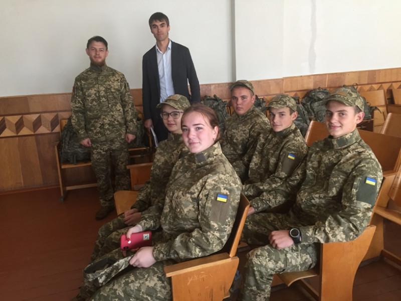Пульмівська школа отримала мультимедійний лазерний тир, зброю та форму для «військових» занять