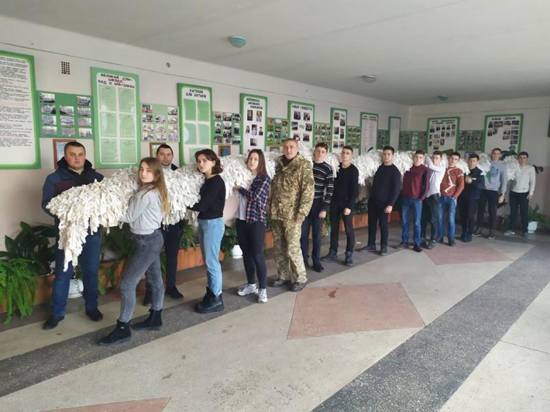 Світязькі ліцеїсти сплели маскувальну сітку для танкістів 14 бригади