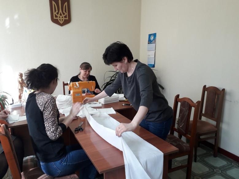 В Шацькій селищній раді власноруч виготовляють захисні маски.