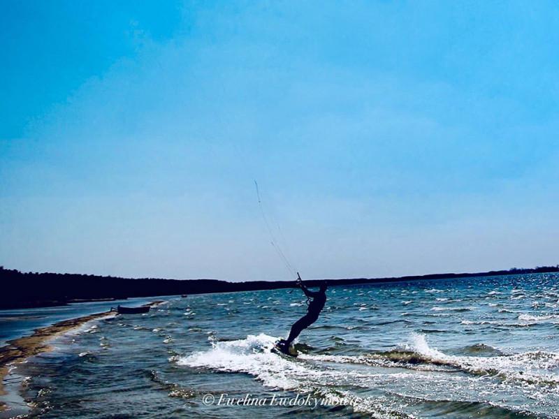 Екзотика на Світязі: неозоре небо та озеро привабили кайтсерфінгістів