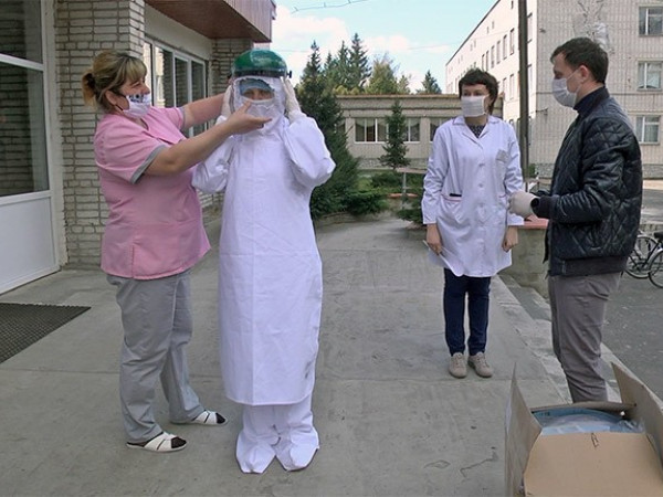 Медики чотирьох районів отримали захисні костюми