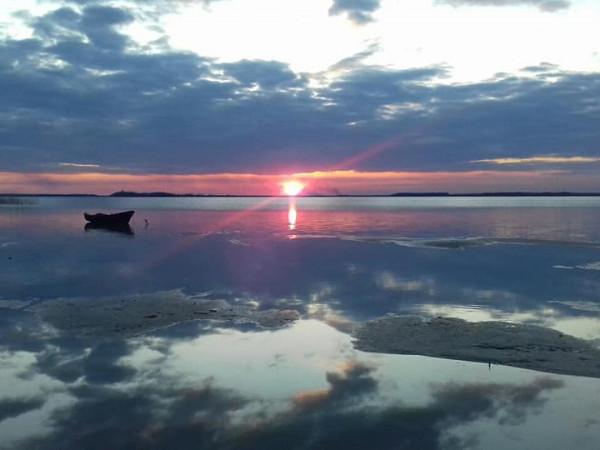 Рожевий захід сонця на Світязі