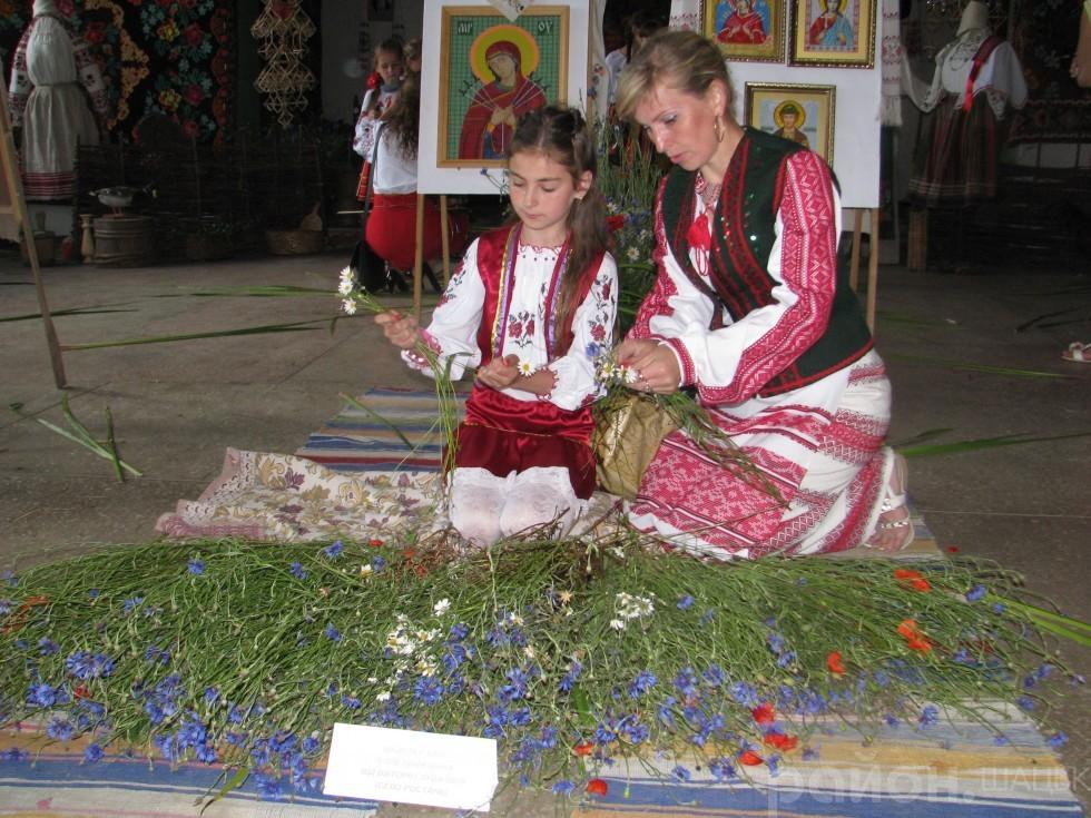 Майстер-клас із плетіння вінків дають Вікторія і Лариса Глушкови