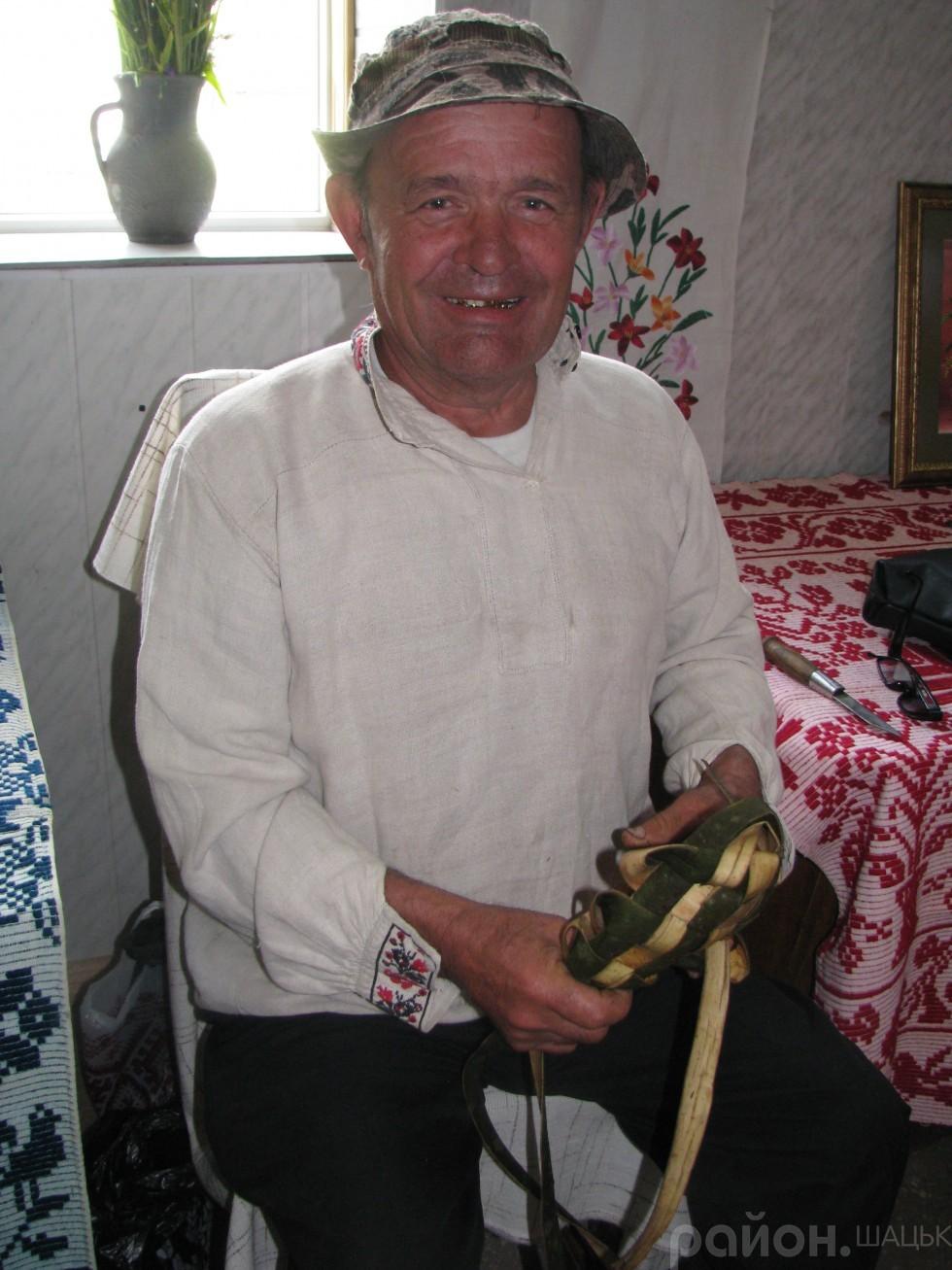Майстер-клас із плетіння постолів у виконанні Федора Прасюка