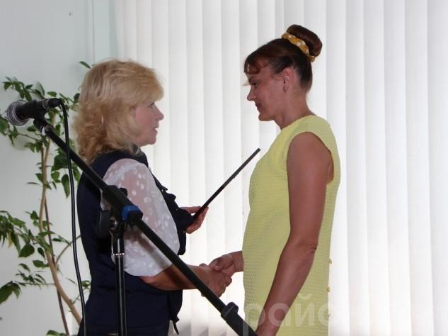 Нагороду з рук Ольги Сахарук отримує Оксана Юхимук, начальник відділу культури Шацької районної державної адміністрації
