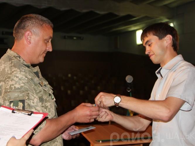 Нагороду з рук Сергія Карпука отримує демобілізований боєць АТО із Шацька Микола Забродоцький