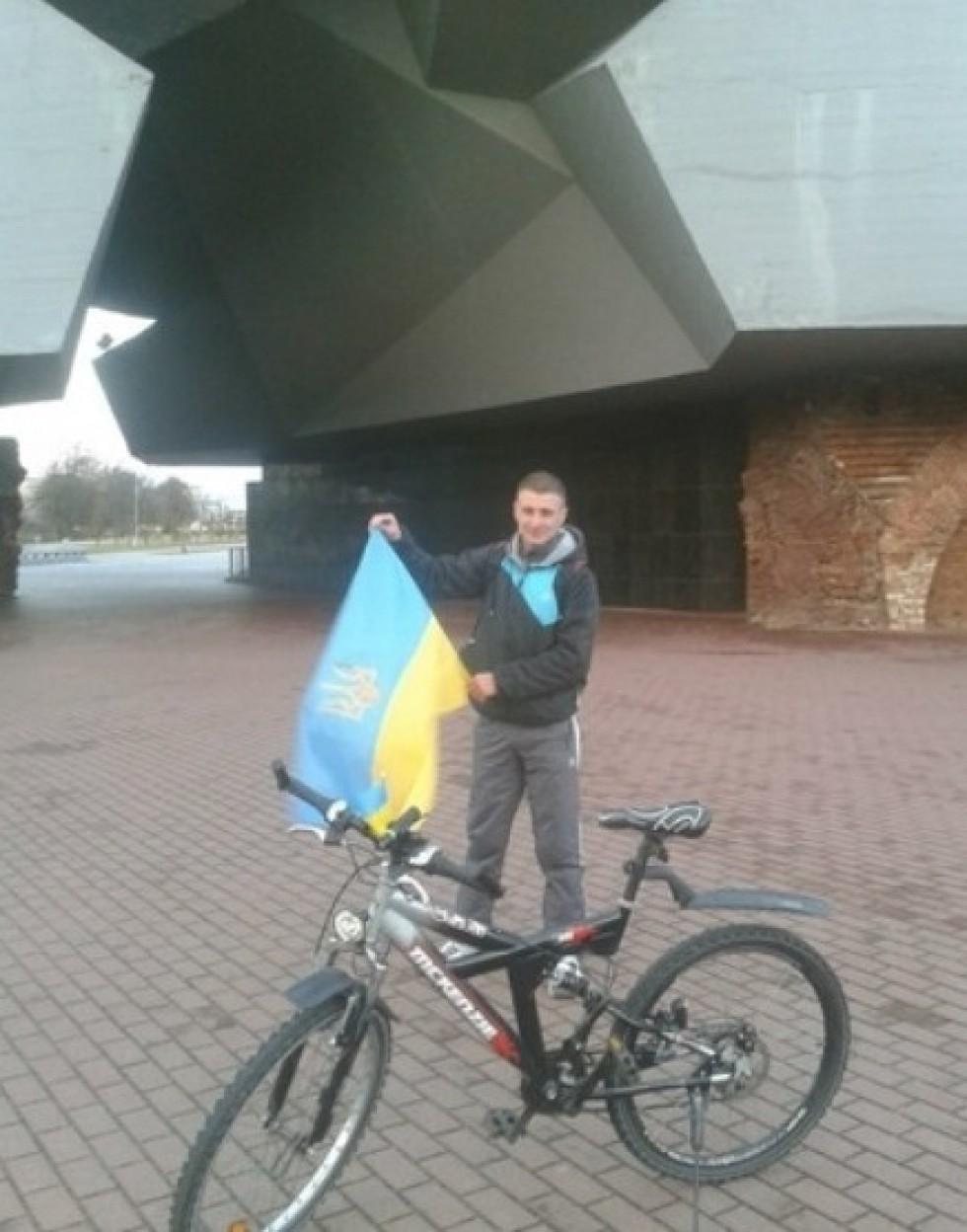 Тарас з українським прапором у Бресті