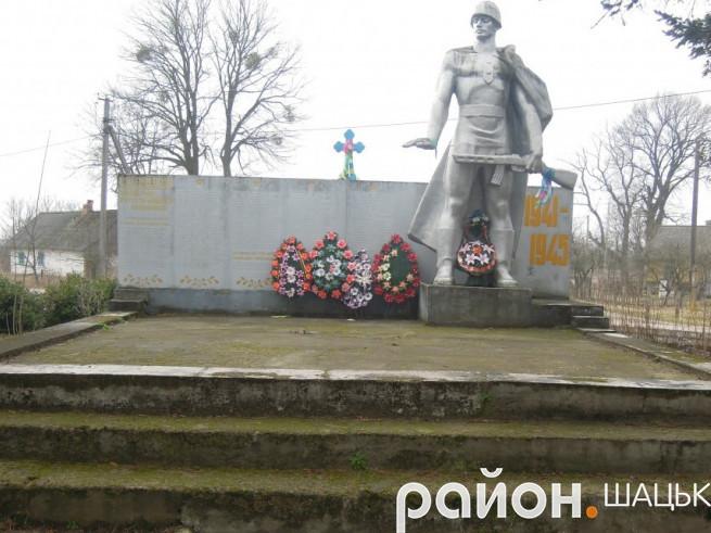 Обеліск Слави в селі Ростань теж має антиукраїнські написи