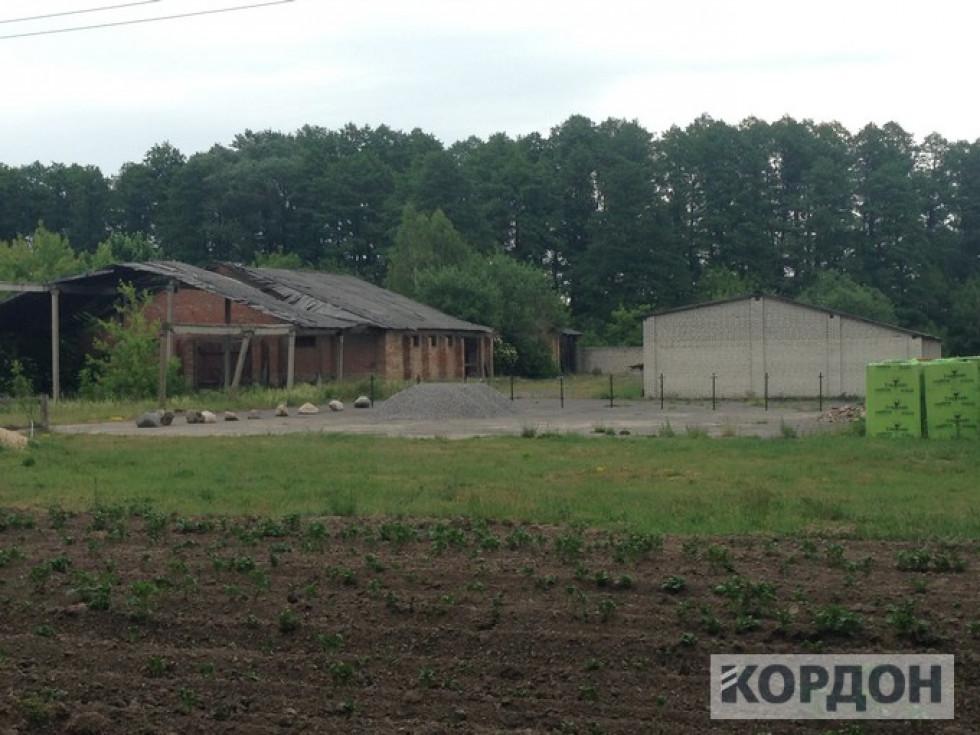 Наскільки відрізняється стан будівель поряд: одна з них приватизована, інша далі перетворюється в руїни.