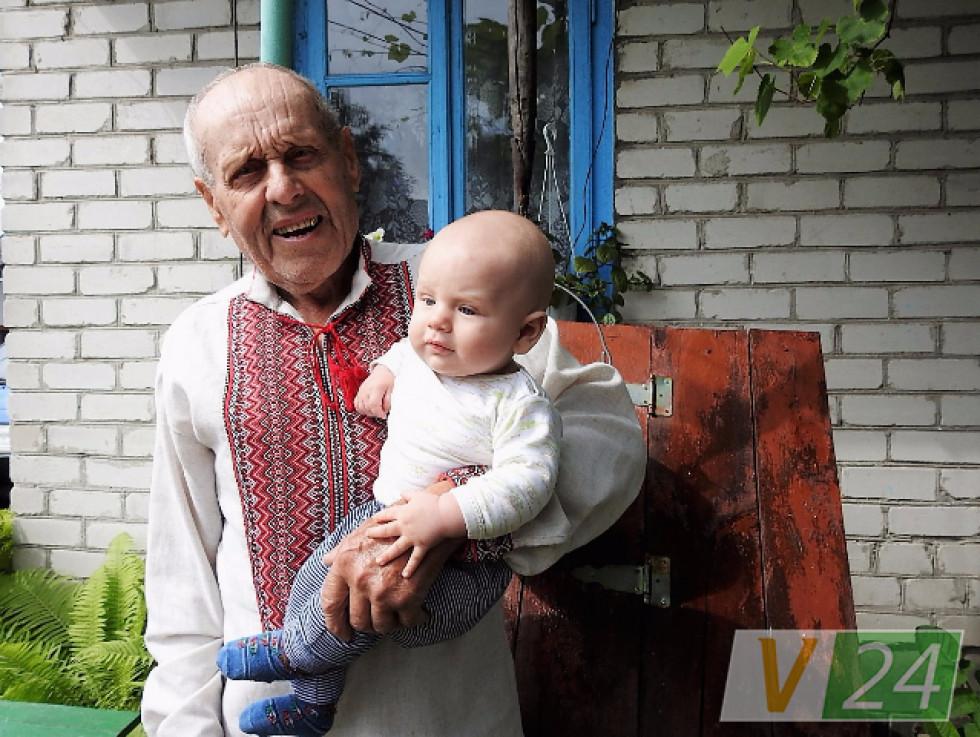 Дід Саша. Недавно відсвяткував 90-річчя, а ще бавить правнуків