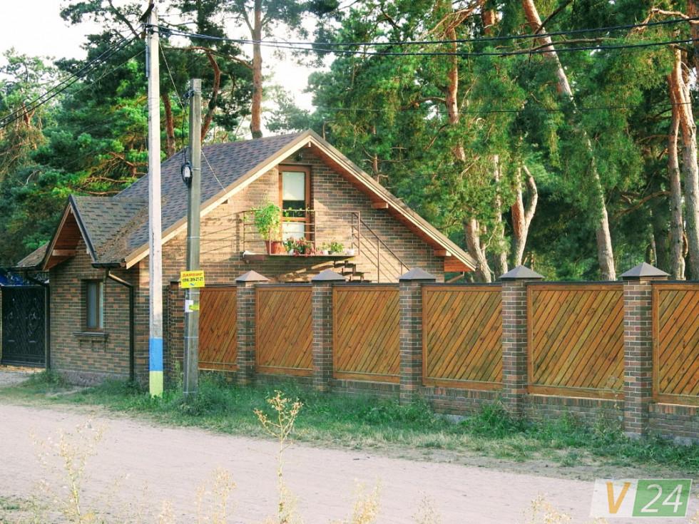 На території бази залишився будиночок, в якому досі є охоронці