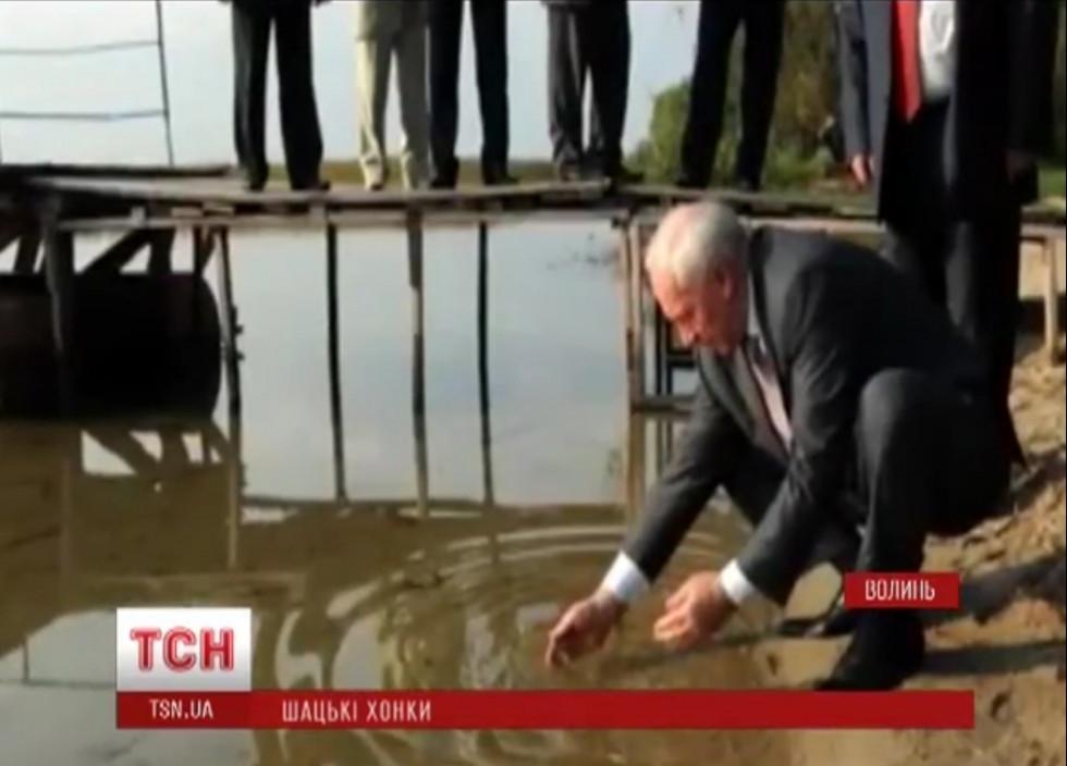 Якось Азаров мив руки в Світязі (сюжет ТСН)