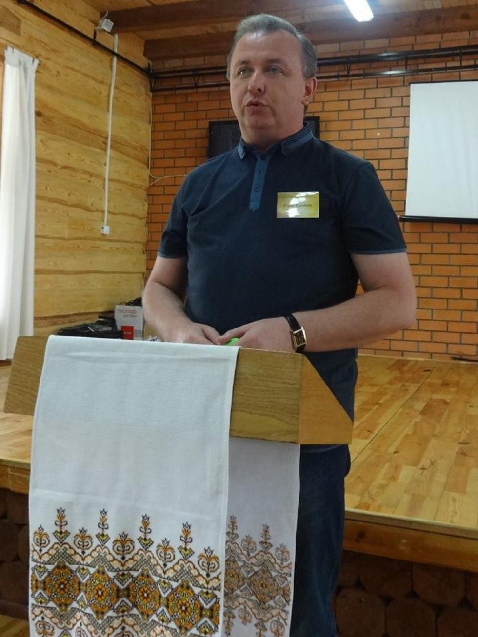 Відкриває конференцію декан факультету філології і журналістики СНУ ім. Лесі Українки Юрій Громик