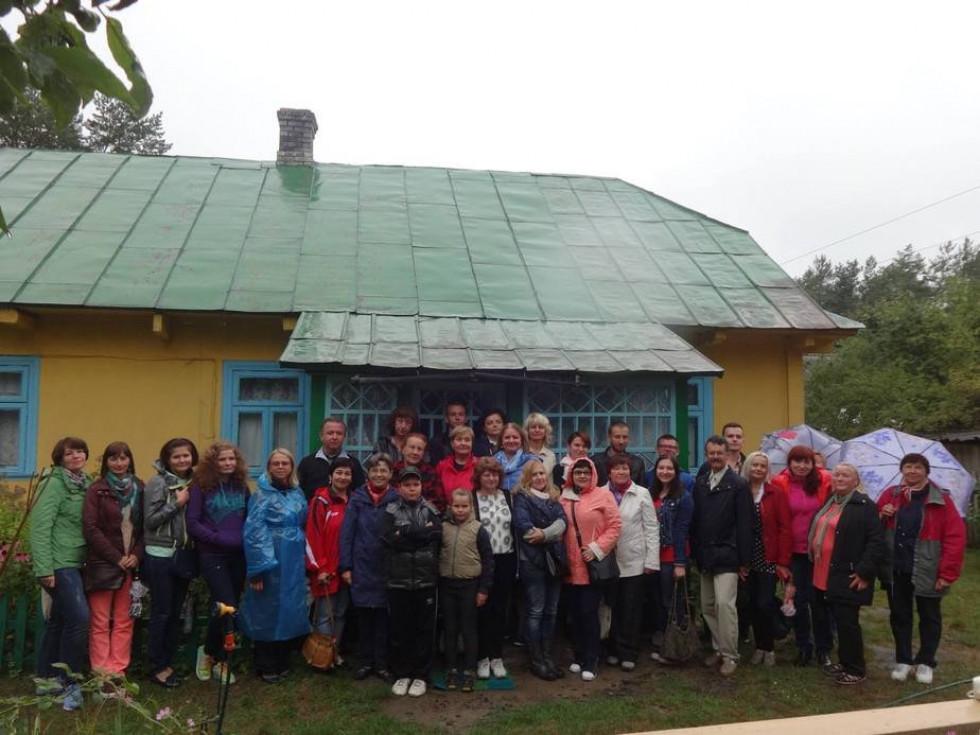 Учасники конференції біля батьківської хати професора Світлани Богдан у Смолярах-Світязьких