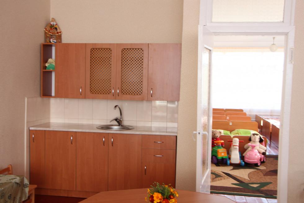 Кухня у новій групі - теж нова, а не завішений шторкою умивальник зі старою тумбочкою