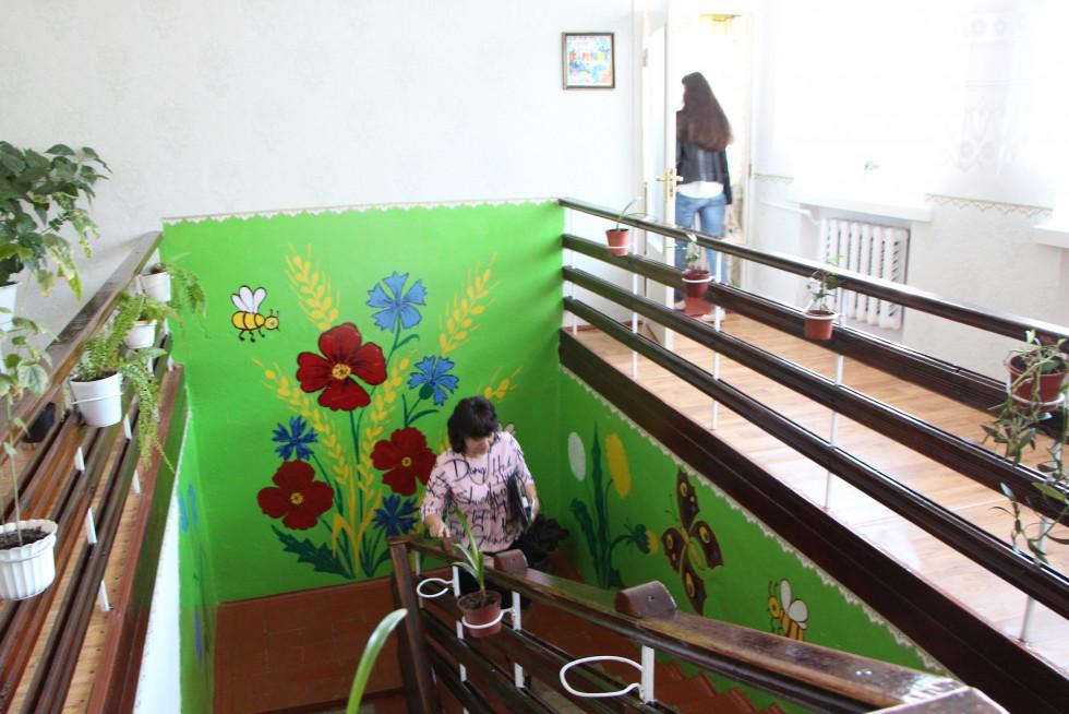 У коридорах цвітуть квіти не лише у вазонах, а й на стінах
