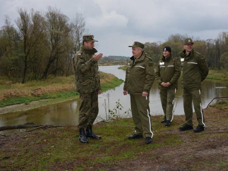 Генерал Лапінські з офіцерами – на польському березі річки Західний Буг