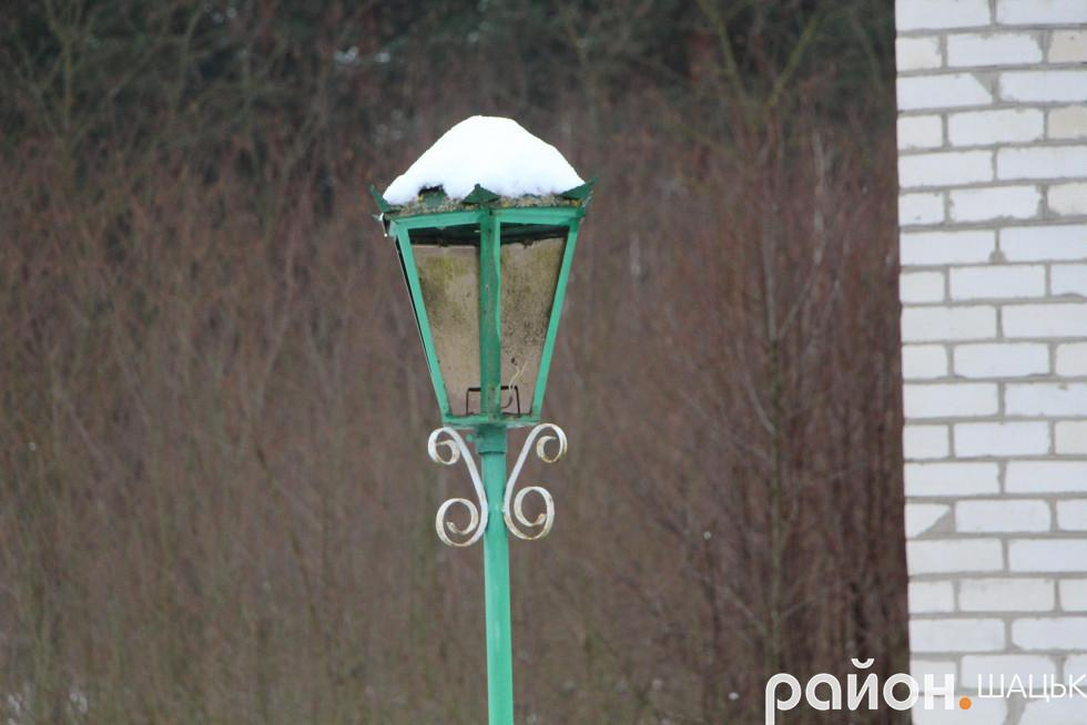 Ліхтар біля ФАПу, що давно бачив світло. Уже багато років він виконує суто декоративну функцію...