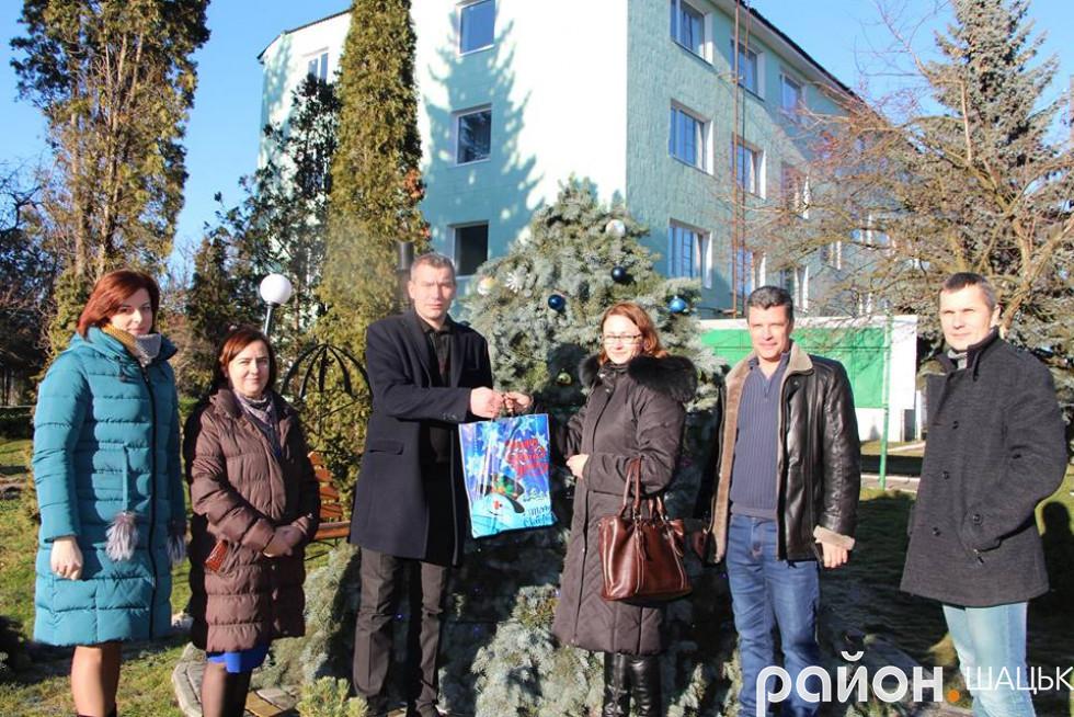 Колектив Шацького лісового коледжу з подарунком від Район.Шацьк