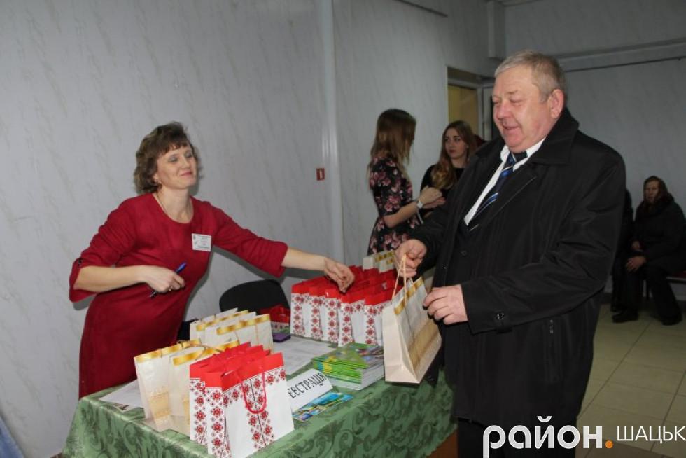 Подарунок - головному фінансисту району Олександру Бебку