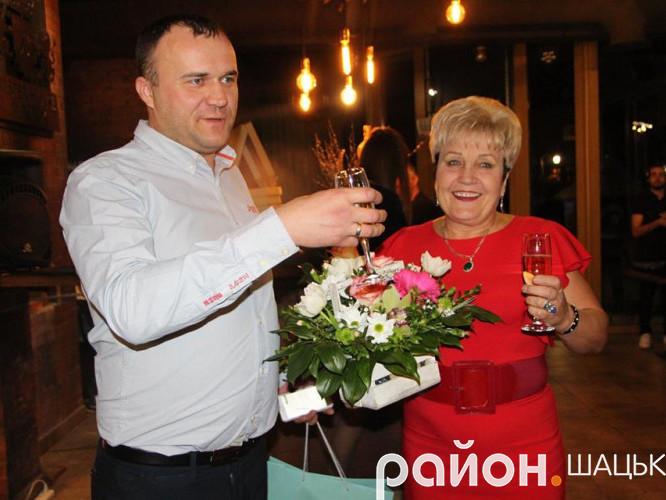 Петро Нестерук вітає Ніну Вирович із високим званням і жіночим святом