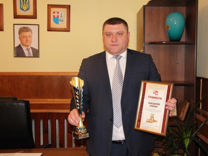 ВасильГолядинець, голова Шацької РДА, з кубком та грамотою