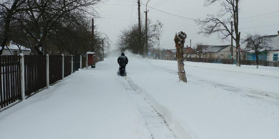 Чищення тротуарів від снігу в Шацьку