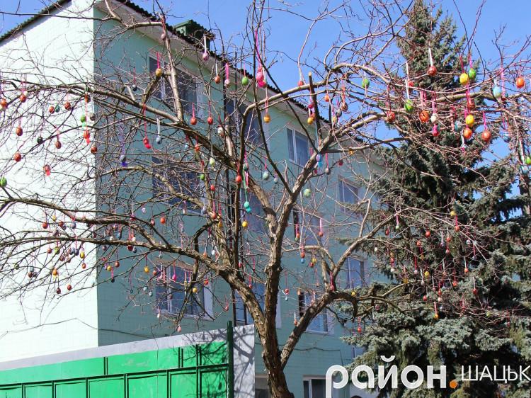 На дереві розцвіли писанки