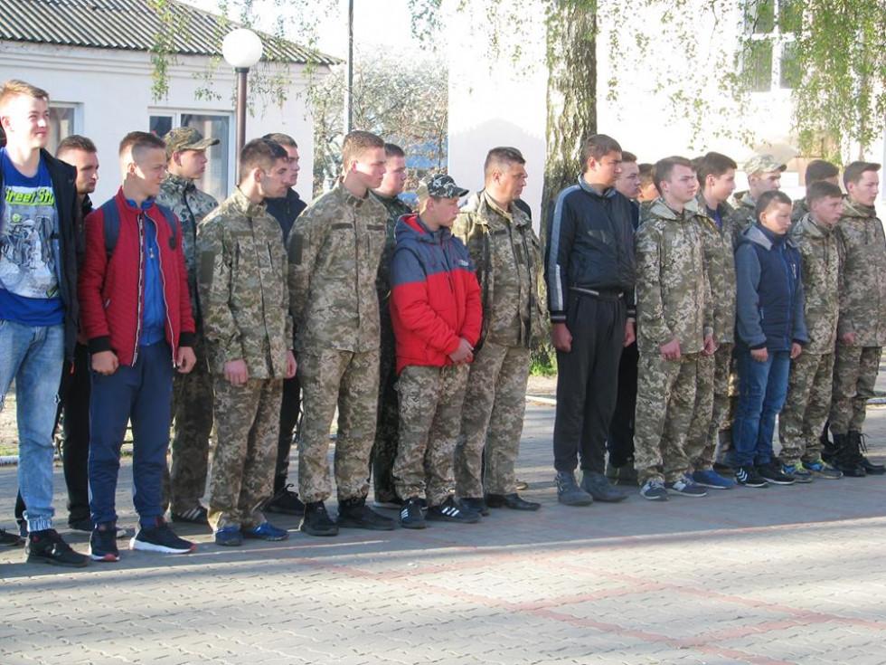 Школярі отримують останні настанови перед виїздом до військової частини