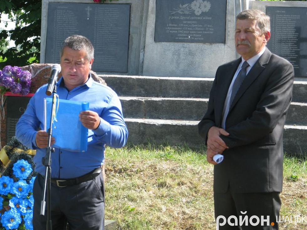 Перед селянами виступає депутат селищної ради Віктор Пех
