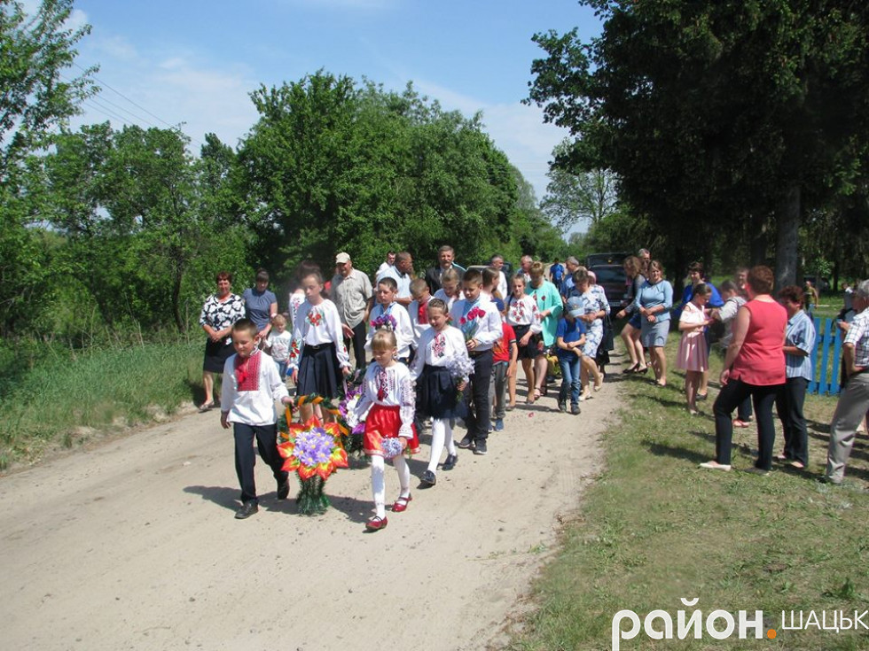 Колона жителів Кропивників вирушає до братської могили