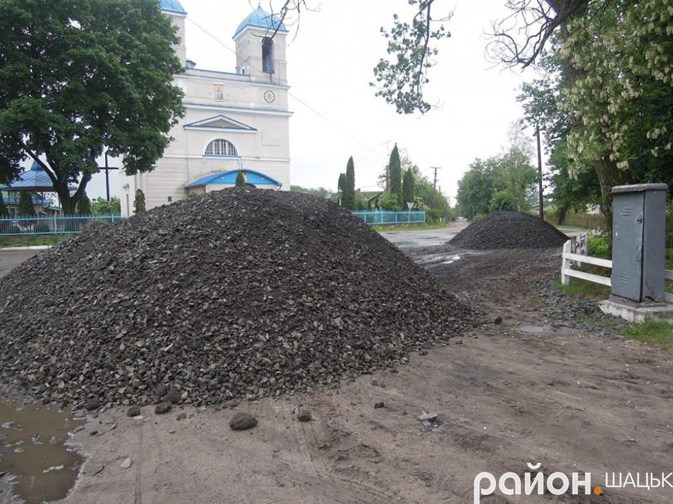 Гори щебню призначені для відновлення доріг Шацька