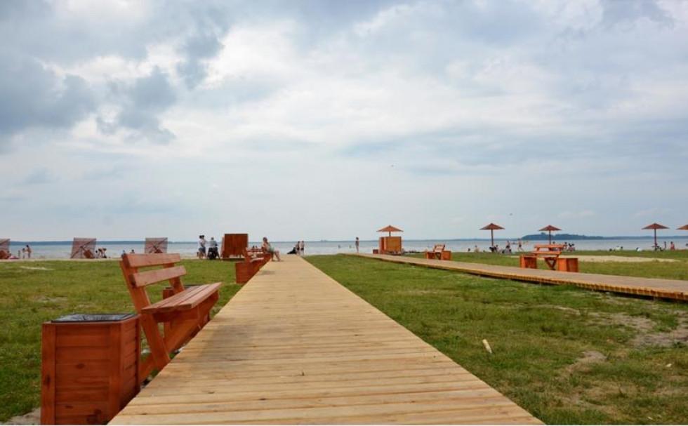 Берег Світязя в зоні відпочинку «Куточок рибалки» приємно дивує комфортом для відпочивальників
